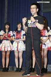人氣女團AKB48 Team TP發片記者會,陳子鴻老師前往祝賀。(記者林士傑/攝影)