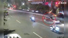 三寶大激戰!2女橫穿馬路被「無照駕駛」撞飛 驚悚畫面曝(圖/翻攝自騰訊視頻)