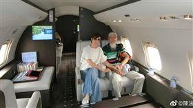 女星陳法蓉(左)與父親搭私人飛機赴日旅遊。(圖/翻攝自微博)