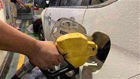中東局勢緊繃 汽柴油價格各漲0.2元中東局勢緊繃,推動國際油價持續走揚,台灣中油公司23日宣布,24日凌晨零時起,調漲各式汽、柴油價格每公升各新台幣0.2元。中央社記者張新偉攝 108年6月23日