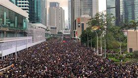 0616香港反送中遊行,民眾穿上黑衣走上街頭,空拍畫面相當壯觀,圖/張秀賢提供