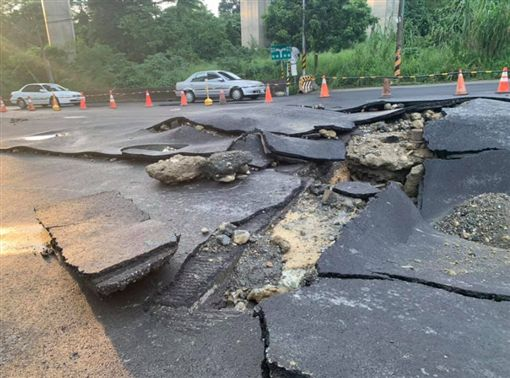 自來水管爆裂 高雄燕巢道路沖出8公尺大洞(圖/翻攝自高閔琳臉書)