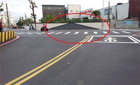 圍牆,立體藝術,馬路,交通安全 圖/翻攝臉書