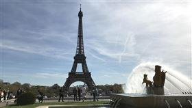 巴黎鐵塔歷來最大整容工程 須防含鉛揚塵巴黎艾菲爾鐵塔今年秋天要進行歷年來最重要一次「整容」工程,包括剷除舊漆、重新上漆。但早年舊漆含鉛,施工將造成揚塵,須為公眾健康採取慎重防護措施。中央社記者曾依璇巴黎攝 107年3月19日