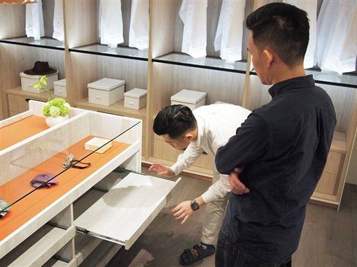 兩個男人在觀察系統櫃,深入研究出常家的 系統家具裝修問題。