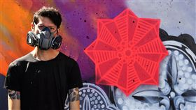 街頭藝術家DEBE 塗鴉美國加州長堤市街頭藝術家DEBE受邀參加美國加州長堤市「POW!WOW!藝術節」,與各國20多位藝術家在各處創作,他特別用早期家戶常見的玻璃花紋來代表台灣。中央社記者林宏翰加州長堤市攝 108年7月26日