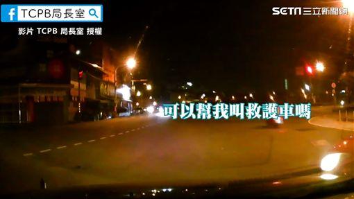 ▲路邊停車的轎車駕駛,急忙向警方求救。(圖/TCPB局長室 授權)