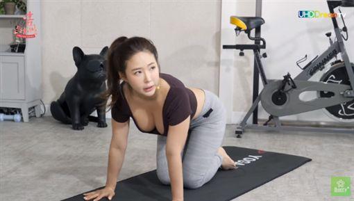 太辣!韓國瑜伽老師做這動作 渾圓雪乳炸出讓網友全暴動!(圖/翻攝自YouTube)