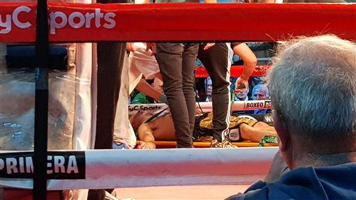 ▲阿根廷23歲拳擊手桑蒂蘭(Hugo Santillan)拚戰10回合後倒地。(圖/美聯社)