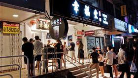 珍奶風席捲馬來西亞 掀起清真環保等話題位於雪蘭莪(Selangor)首邦市(Subang)SS15區的奶茶街有近15家珍珠奶茶店,掀起排隊熱潮,幾乎每天都能看到奶茶店門前大排長龍的隊伍。中央社記者蘇麗娜雪蘭莪攝 108年7月27日