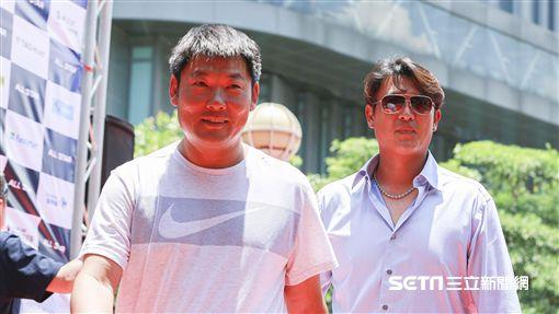 12強教練黃甘霖和王建民。(圖/記者林士傑攝影)