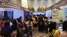 台灣高等教育展27日在曼谷市區的飯店登場,現場人潮踴躍,參展的近30所台灣大專院校代表仔細介紹台灣的學程內容、獎學金、申請入學流程等。