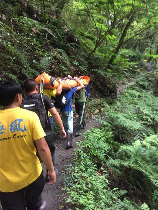 新竹,登山,搜救,登山口,脫臼,膝蓋,登山奧客,醫院。翻攝畫面