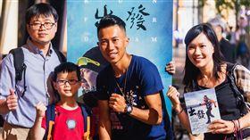 陳彥博紀錄片《出發》上映2月票房破1千5百萬。陳彥博和導演黃茂森、教練潘瑞根和劇組團隊,舉辦感謝放映場。(圖/牽猴子提供)