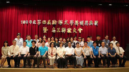 108年度第6屆瀚邦文學獎27日頒獎,台灣盲人重建院董事長曾瀚霖(前左5)、瀚邦國際慈善基金會董事長曾黃麗明(前左7)等人出席,並與得獎人合影。(瀚邦國際慈善基金會提供)