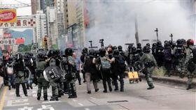 光復元朗遊行 警方施放催淚彈雖然並未獲得警方許可,香港反送中人士27日依舊發起「光復元朗」遊行。下午5時18分,防暴警察開始施放催淚彈。中央社記者張謙攝 108年7月27日