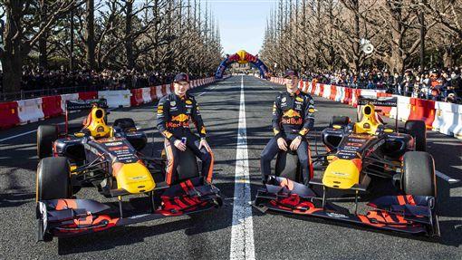 由F1車手帶領F1賽車及維修團隊登台。(圖/RED BULL提供)