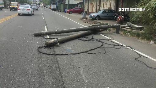 貨車車斗疑勾電線 扯斷電線桿險壓旁車