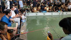 桃園一間釣蝦場被顧客擠得水洩不通,人潮,排隊(圖/翻攝自爆廢公社)