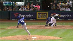 ▲遊騎兵投手孟特羅(Rafael Montero)對運動家外野手羅瑞亞諾(Ramon Laureano)丟觸身球。(圖/翻攝自MLB官網)
