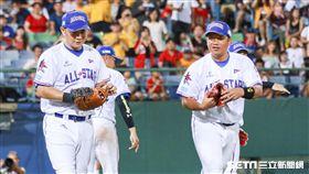 陳江和、彭政閔在比賽最後一刻上場守備。(圖/記者林士傑攝影)