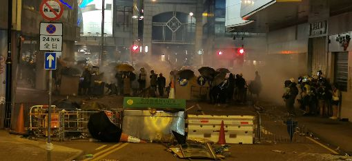 反送中反黑警遊行  港警驅離群眾香港28日中環遮打花園追究警方用槍集會,演變為大規模「自主」遊行,港警晚間展開驅離行動,驅趕上環街道的示威群眾。圖為示威者在上環一帶街道築防線與警方對峙。中央社記者張謙香港攝  108年7月28日