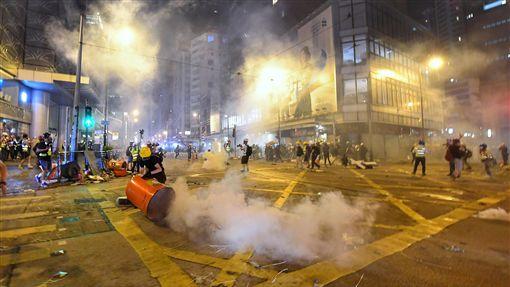香港反送中成游擊戰 深夜警力強勢清場(2)香港反送中活動持續延燒,28日晚間再陷混亂,幾乎演變成大型城市游擊戰,大批警力晚間強勢驅離示威民眾,催淚彈頻發,街道各處白煙瀰漫。中央社記者王飛華香港攝 108年7月28日