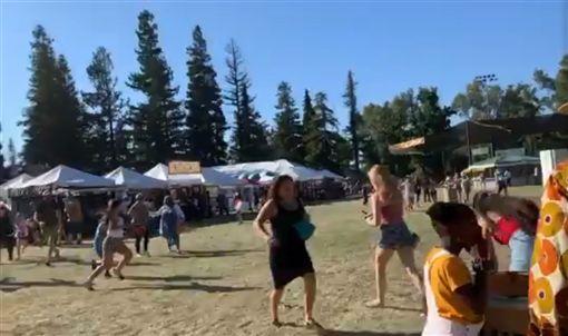 美國加州美食節活動28日驚傳槍擊事件,救護人員說有11人倒地受傷。(圖取自twitter.com/mariannefavro)