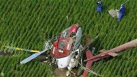 日本茨城縣一架直升機29日噴灑農藥,疑似不慎捲入附近電線導致墜機。(共同社提供)