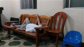 客廳,沙發,爸爸,昏倒,睡著(圖/翻攝自爆料公社)