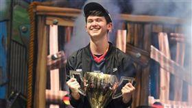暱稱Bugha的美國16歲少年吉爾斯多夫(Kyle Giersdorf)今日贏得電競遊戲「要塞英雄」(Fortnite)首屆世界盃單人組冠軍,獨得300萬美元(約新台幣9300萬元)獎金。(圖/翻攝自推特 BERNAMA Radio)