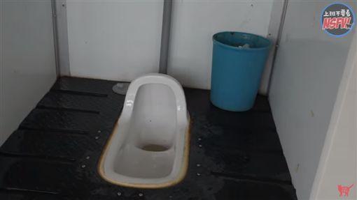 「爆尿公社」上遍各地的公廁(圖/翻攝自上班不要看 NSFW YouTube)