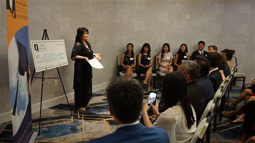 台美人獎學金基金會(TASF)28日舉行頒獎典禮,財務長黃群雁(後左)表示, 獎學金成立於2014年,目的是幫助清寒的台美人學子有機會接受高等教育,發揮台美人的影響力。