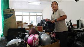 在高雄就學的香港學生林沛晞日前透過網路發起募集安全帽支持香港反送中行動,她29日受訪表示,沒想到才1個小時就募到千頂安全帽,是預期目標的2倍,讓她十分感動。
