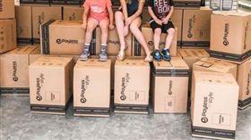 同學沒新鞋穿!霸氣媽問「全買多少錢」 包1500雙送人(圖/翻攝自Carrie Jernigan臉書)
