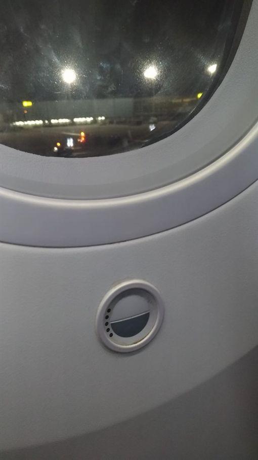 飛機窗神秘黑白按鈕!網曝超先進用途(圖/翻攝自臉書爆系知識家)