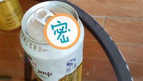 天熱買啤酒!一開秒見黑影「俯衝入洞」 網笑:瞬間變藥酒(圖/翻攝自爆怨公社)