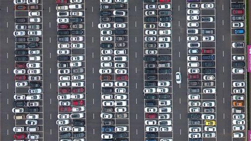 中國汽車1月銷量跌逾17% 7年最大跌幅中國大陸正在積極促進汽車消費等內需成長,但數據顯示,中國1月份乘用車銷量為202.11萬輛,年減17.71%,跌幅為7年最大,也是連續7個月下跌。圖為江西南昌一停車場內的汽車。(中新社提供)中央社 108年2月18日