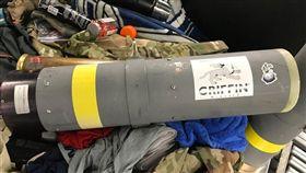 美國運輸安全局人員29日從旅客托運行李搜出飛彈發射器。(圖取自twitter.com/TSAmedia_LisaF)