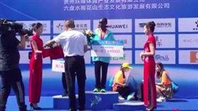 大陸六盤水市馬拉松選手昏倒 主辦單位繼續頒獎(圖/翻攝自紅星新聞微博)