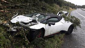 義大利超跑藍寶堅尼每台要價上百萬,是許多男性夢寐以求的車款,但是日前就有兩名英國男子,為了參加朋友的喜宴租了一輛藍寶堅尼,不料卻因為沒有專心駕駛,導致車子自撞山坡,整輛車車頭全毀,擋風玻璃也是整片碎裂。員警到場時看到這畫面,也直呼這場車禍「真的好貴」!(圖/翻攝自GMP Traffic推特)