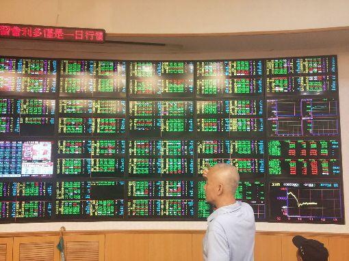 中小型電子股殺聲震天 台股失守月線加權股價指數30日終場下跌54.83點、跌幅0.5%、收在10830.90點、成交值新台幣1301.38億元,中小型電子股殺聲震天,月線宣告失守。中央社記者韓婷婷攝 108年7月30日