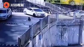 男童遭捲車底拖行!媽圍觀意外…見親兒「全身血染地」崩潰(圖/翻攝自微博)