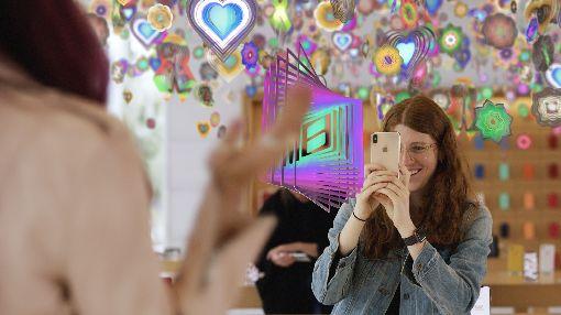 蘋果直營店開放AR體驗蘋果公司(Apple)30日宣布,一系列擴增實境(AR)Today at Apple課程與[AR]T體驗現在開放報名,例如全球每家Apple直營店均有機會體驗藝術家凱夫(Nick Cave)的互動裝置Amass。(蘋果提供)中央社記者吳家豪傳真  108年7月30日