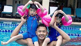 黑人(陳建州)/雙胞胎兒子飛飛翔翔。翻攝臉書