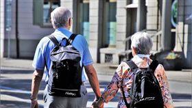 老夫妻,牽手,退休,結婚,銀髮族(圖/翻攝自Pixabay)