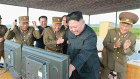 中國辦大事 金正恩軍事行動刷存在感除了南海爭議外,金正恩(左2)掌權後的北韓同樣令中國頭痛不已。北韓更在過去幾個月內,頻頻選在中國「辦大事」時透過軍事行動「刷存在感」。(共同社資料照片)中央社 106年10月12日
