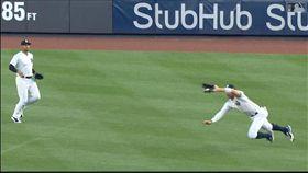 ▲『法官』賈吉(Aaron Judge)外野飛撲美技沒收安打。(圖/翻攝自MLB官網)