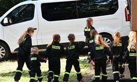 電影《西遊記》中的女兒國竟在真實世界上演!波蘭南部一個名叫「Miejsce Odrzańskie」的小村莊,連續9年來只有女嬰出生,性別比相當不平衡,村莊裡最小的男孩現在也已12歲,當地政府為此苦惱,他們也找不到只生出女嬰的原因,於是他們只好祭出補助辦法,宣布未來若是有居民生出男嬰,將會給出特殊獎勵,希望能藉此迎來男寶寶。(圖/翻攝自Cinemaniaco推特)