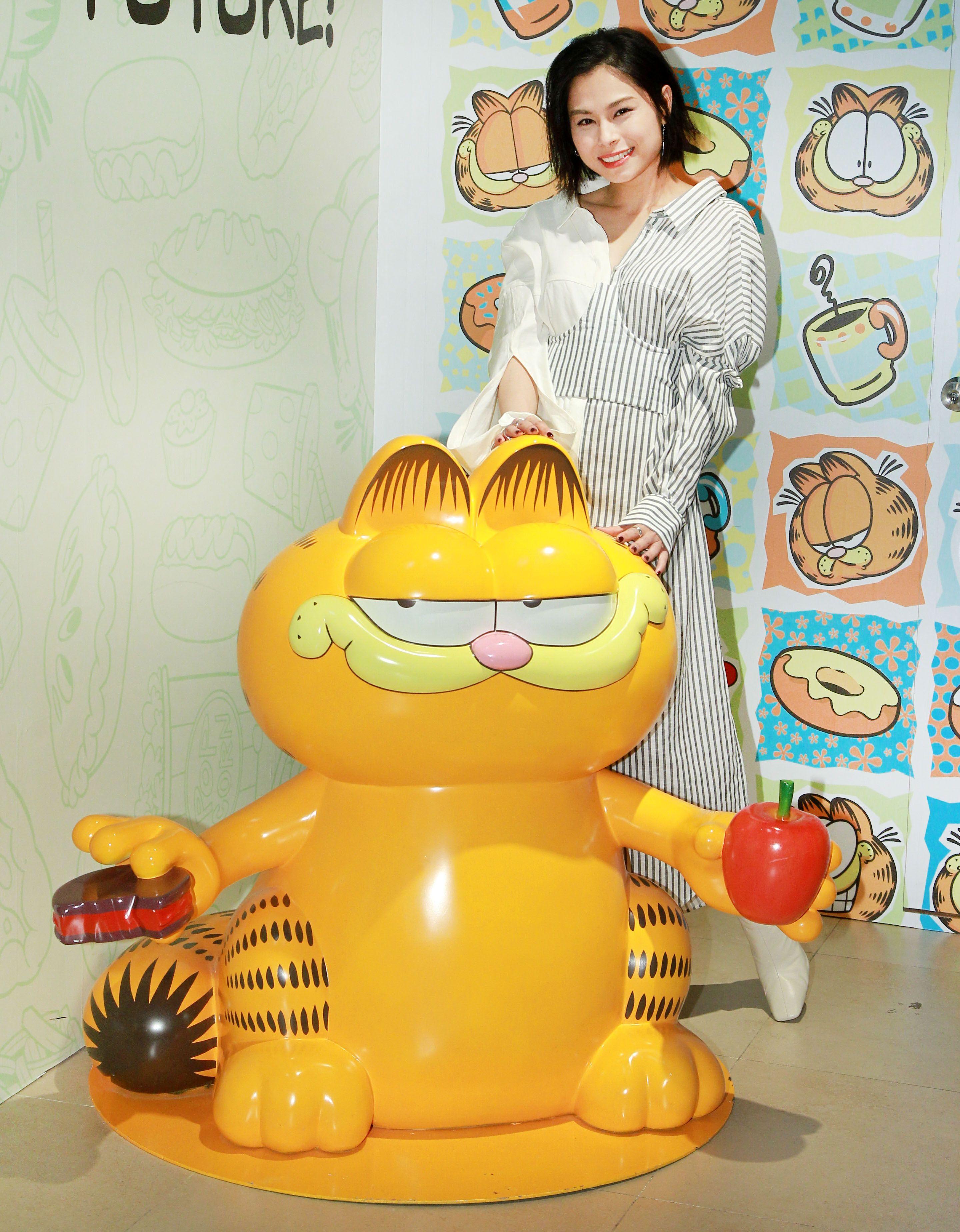 李幸倪(Gin)忙裡偷閒朝聖可愛的加菲貓展。(記者邱榮吉/攝影)